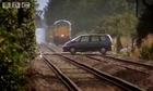 Crash-test : quand un train fonce dans une voiture à toute vitesse !